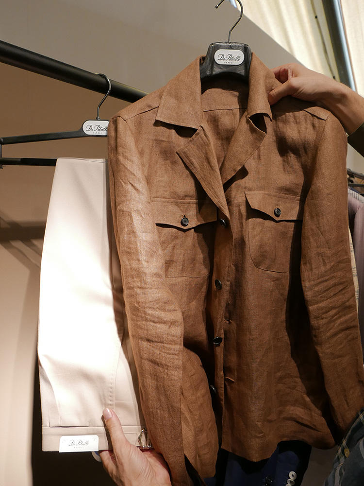 <strong>DE PETRILLO</strong><br />茶のリネン開襟ポケットシャツは、秋口までシックな雰囲気で合わせられるので1枚あると重宝する。