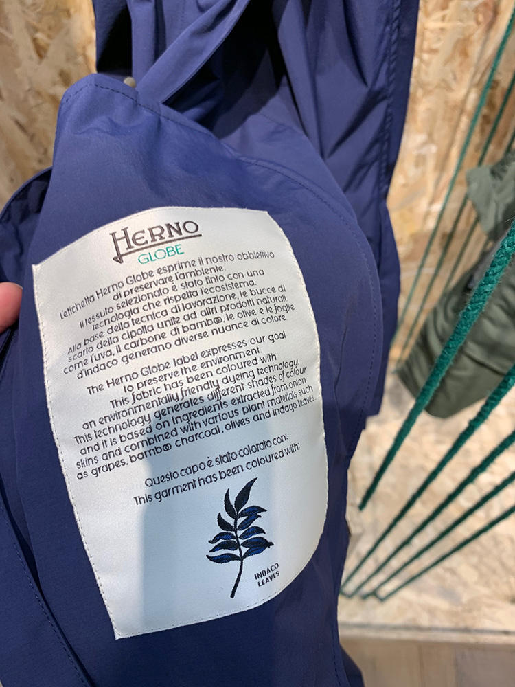 <strong>HERNO</strong><br />鮮やかなブルーには、植物の藍を使用。
