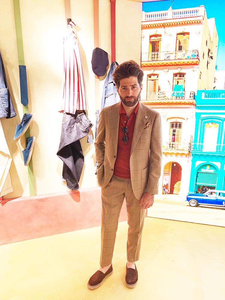 <strong>LARDINI</strong><br />ラルディーニのアレッシオは、ベージュのスーツのインナーに赤のニットポロを。ベージュ×は、相性の良いカラーリング。秋冬のブラウンスーツやジャケットに赤ニットという合わせも、おすすめだ。