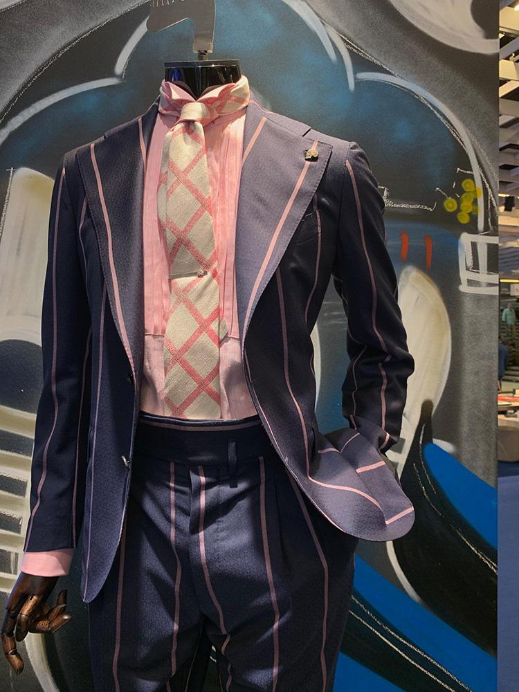 <strong>GABRIELE PASINI</strong><br />ガブリエレ パジーニは、スーツ、シャツ、ネクタイに強めのピンク色を挿した。