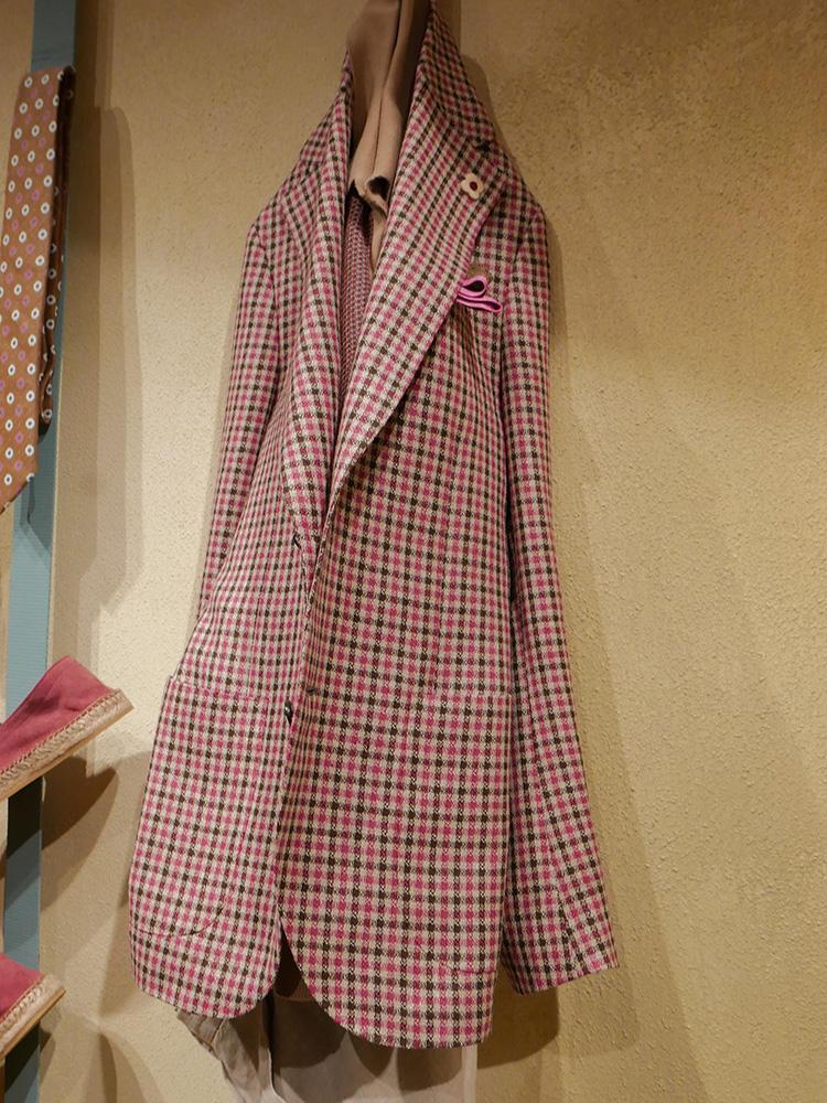 <strong>LARDINI</strong><br />ピンクジャケットも、全面ピンクでなくブラウンとのギンガムチェックなら柔らかで上品な見た目になる。