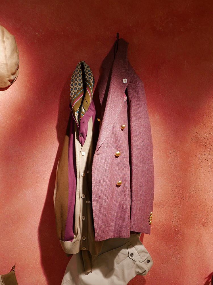 <strong>LARDINI</strong><br />ラルディーニのローズ色ジャケット。金ボタンがエレガントさを加味。こちらもべージュのカーディガンなどが相性◎。