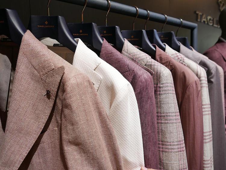 <strong>TAGLIATORE</strong><br />単色系のピンクも、ヘリンボーン調になっているなど織りで立体感、柔らかさを出している。