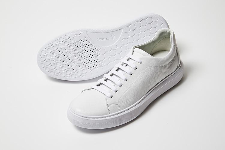 <strong>ジェオックス</strong><br />イタリア生まれの「呼吸する靴」として知られるジェオックスは、靴底に特徴がある。メンブレンという独自開発した素材を使った画期的なソール。この技術は、水滴より小さく、水蒸気よりも大きいミクロ孔素材を穴のあいたソールの間に挟み込むことで外部からの水の侵入をさせず蒸れを逃がす独自システムで特許を取得。白いチェルボ革(鹿革)のクリーンな雰囲気が、落ち着いた大人な印象だ。3万5000円(伊勢丹新宿店)