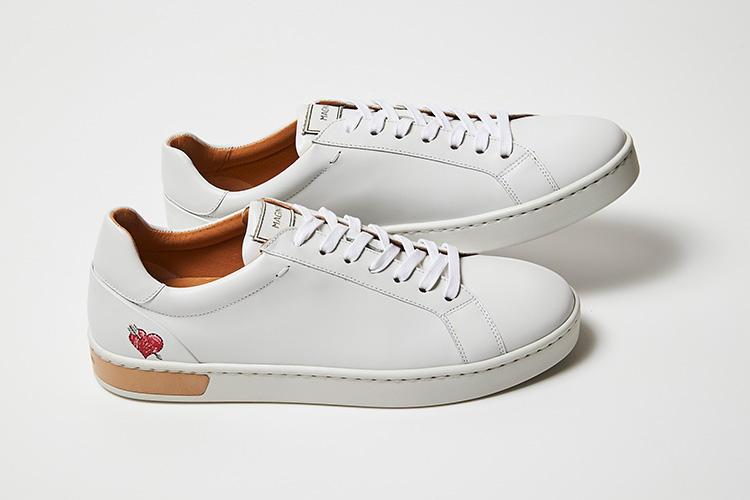 <strong>マグナーニ</strong><br />スペインを代表する紳士靴ブランド、マグナーニのレザースニーカー。耐久性と伸縮性に優れ、柔らかな感触のスムースレザーをアッパーに使用し、ライニングやインソール、ヒールパッチに至る全てをレザーで仕立てた贅沢な作りが目を引く。履き口やタンの部分にはパッドを内蔵し、二層のクッションで構成されるカップインソールによって、絶妙なフィット感と快適な履き心地を実現する。贅沢な素材と高い技術力を、惜しむことなく注ぎ込んだ、プレミアムなスニーカーだ。6万6000円(伊勢丹新宿店)
