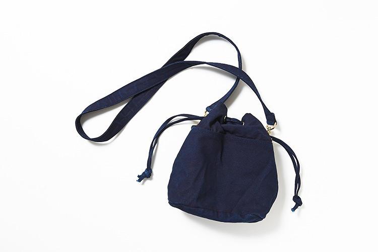 <strong>グレンロイヤル</strong><br />天然の藍から取れる染料を使用し染められたコットンキャンバス素材を使用。グレンロイヤルのロゴがさり気なく入ったDリング付きで、タッセルキーホルダーやキーチャームを付けてアクセントを加えて楽しめる。取り外し可能なショルダーは、旅先などのシーンに応じて巾着バッグに変えられる。ブライドルレザー同様、藍染したキャンバスはエイジングも楽しめる。縦22×横19×マチ12.5�p。1万8000円(ブリティッシュメイド 銀座店)