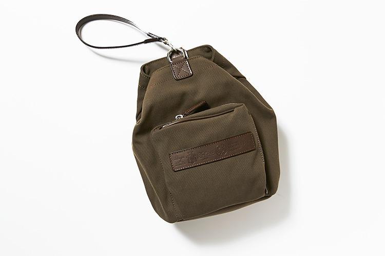 <strong>フェリージ</strong><br />水や汚れにも強いナイロンとコットンの混合キャンバス素材を使用したハンドショルダー鞄。ライニング無しの一枚仕立てにより軽量化を実現。レザーハンドルの取り付け方次第で、ワンショルダー、ショルダー、ハンドショルダーの3パターンの持ち方にアレンジ可能。間口はスナップボタンとショルダーやストラップの金具のダブル留め。縦35×横24×マチ21.5�p。6万9000円(伊勢丹新宿店)