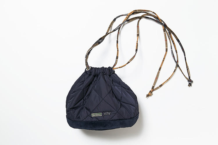 <strong>バブアー</strong><br />2016年に誕生した新進気鋭のバッグブランド、ワッコワッコと英国の老舗バブアーがコラボ。伊勢丹メンズの別注色ネイビーは、本国から提供を受けたベストセラーのキルティングジャケット、リッズデールの素材を用いた逸品だ。ディテールのデザインには、バブアーの定番ジャケットの襟元に見られるアイコニックなコーデュロイを用いている。縦横19�p。1万7000円(伊勢丹新宿店)