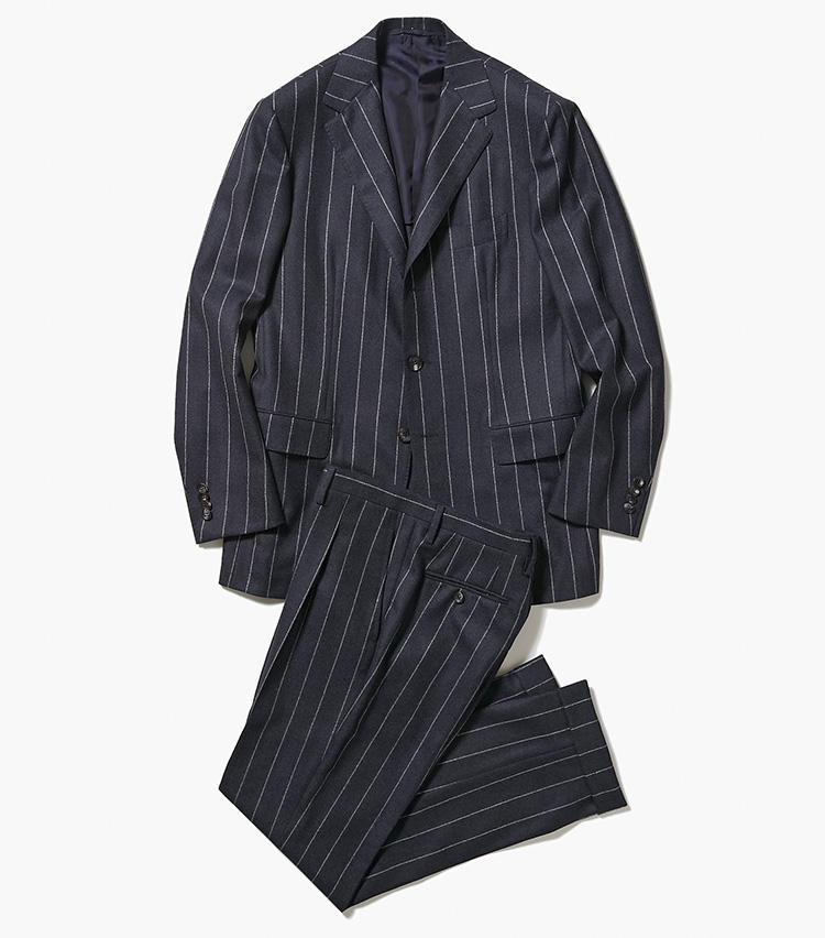 <b>2.サルトリオのネイビーストライプスーツ</b><br />紺無地スーツは既にお持ちの方におすすめしたいのが、きちんと感のあるこんなチョークストライプのネイビースーツ。スーツはこうしたネイビースーツと、1のようなグレースーツの2着あれば安心。25万4000円(エストネーション)