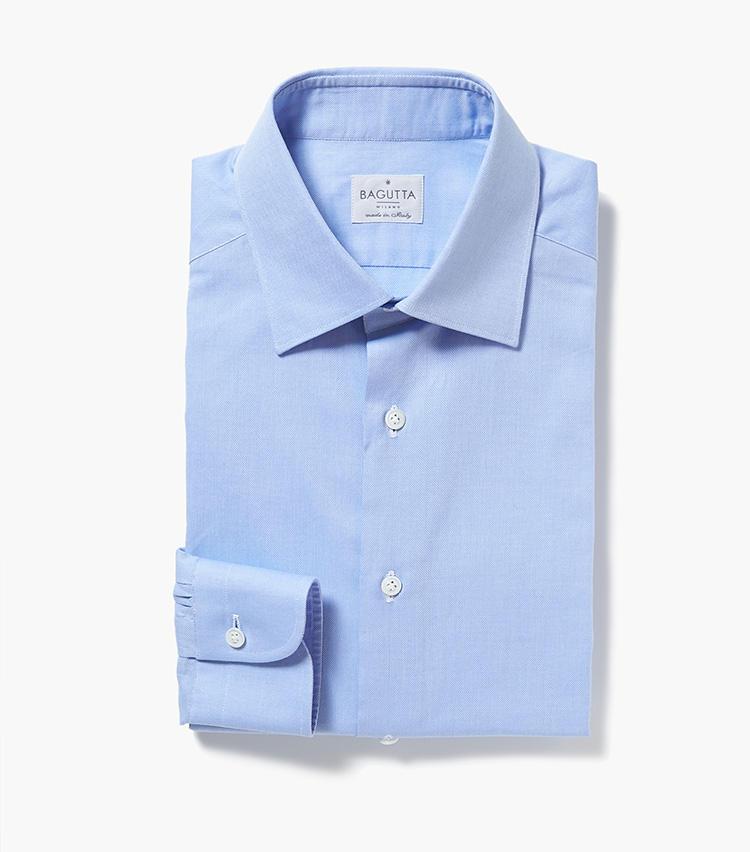 <b>5.バグッタのブルーシャツ</b><br />ベーシックなサックスブルーの無地シャツ。こうしたヘビーローテーション確実なシンプルシャツは消耗しがちなので、1シーズンに1枚は新調しておきたい。2万9000円(エストネーション)