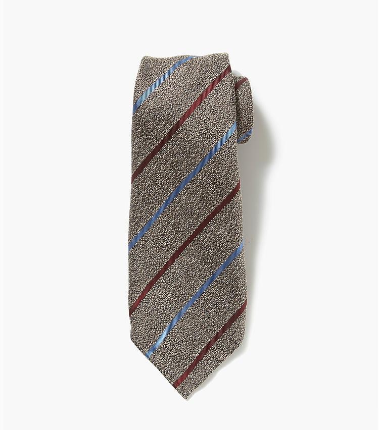 <b>7.アット ヴァンヌッチのベージュネクタイ</b><br />昔ながらの手縫いにこだわるフィレンツェ発のネクタイブランド。ヴィンテージライクな変わった素材感と、セッテピエゲと呼ばれる7つ折り製法によるスカーフのような膨らみが、襟元に華やぎをもたしてくれる。2万6000円(エストネーション)
