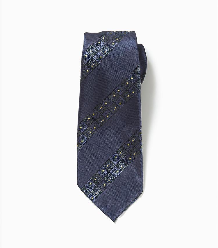 <b>8.アット ヴァンヌッチのネイビーネクタイ</b><br />7と同じイタリアブランド。ストライプに見えるのは実は花柄。ありきたりな紺無地ネクタイや紺ストライプネクタイとは、一線を画す洒落感だ。2万7000円(エストネーション)