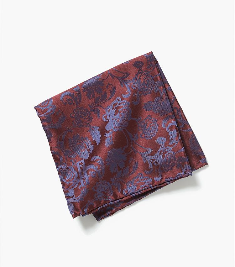 <b>9.フィオリオの花柄チーフ</b><br />イタリアのシルク名産地、コモ発のフィオリオは、上品なネクタイやチーフ、スカーフが得意。ワインレッドの花柄チーフは、ネイビースーツのアクセントに効果的。33×33cm。6000円(エストネーション)