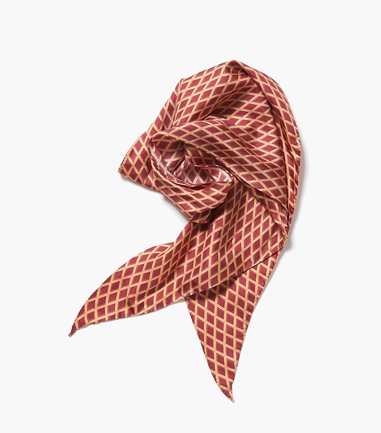 <b>10.カルーゾのスカーフ</b><br />モダンなデザインも得意なイタリアブランド。細長い形をしたジオメトリック柄のシルクスカーフは、ノーネクタイで襟元が寂しいときのアクセントになる。最大27.5×146cm。1万9000円(エストネーション)