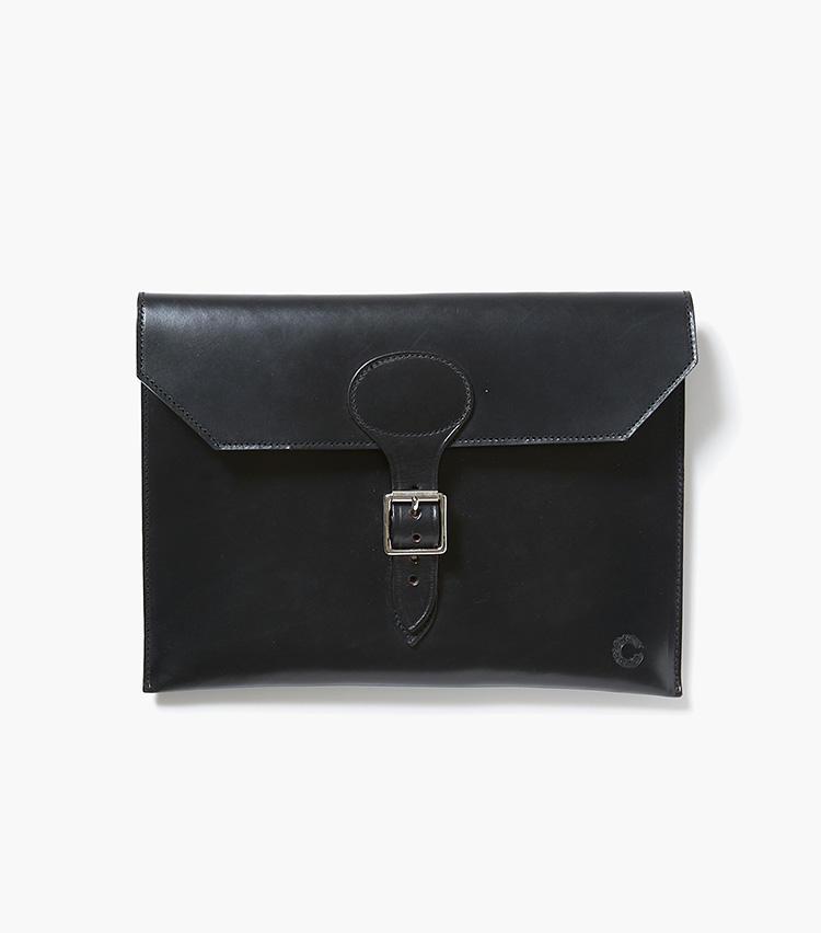 <b>17.クルーツ×エストネーションのドキュメントケース</b><br />狩猟用のバッグからスタートした英国ブランド。英国らしい無骨なブライドルレザーで別注したマチなしのドキュメントケースは、財布や携帯電話など必要最小限のものが入るサイズ感。ランチやパーティなどで重宝しそうだ。縦22×横30cm。3万円(エストネーション)