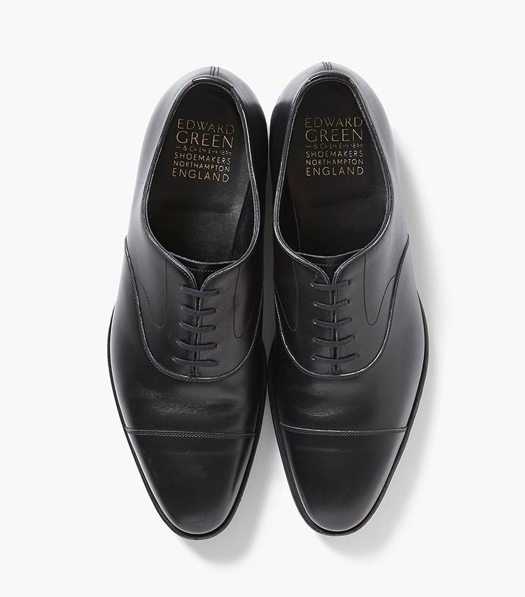 <b>19.エドワード グリーンの黒ストレートチップ</b><br />英国靴の聖地、ノーサンプトン発のブランドは、履き心地と洗練されたルックスとで英国靴の最高峰との呼び声高し。こちらは定番の内羽根ストレートチップ「チェルシー」。15万9000円(エストネーション)