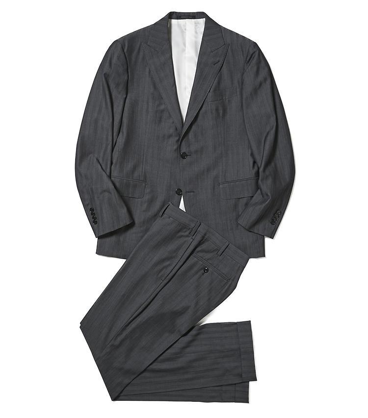 <b>2.バーニーズ ニューヨークのグレースーツ</b/><br />定番のグレースーツを、凛々しいピークドラペルでモダンに味付け。生地はエルメネジルド ゼニア社のヘリンボーンソラーロで、ほのかな艶めきがビジネススタイルに控えめな華を添える。15万円(バーニーズ ニューヨーク カスタマーセンター)