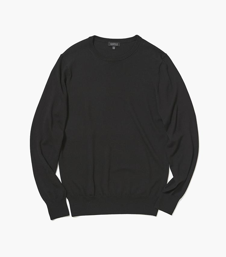 <b>15.バーニーズ ニューヨークの黒クルーネックニット</b/><br />14のニット同様、ロロ・ピアーナ社の糸を使用したハイゲージのオリジナルニット。一枚で着用しても、雰囲気が出るのはさすが。2万3000円(バーニーズ ニューヨーク カスタマーセンター)