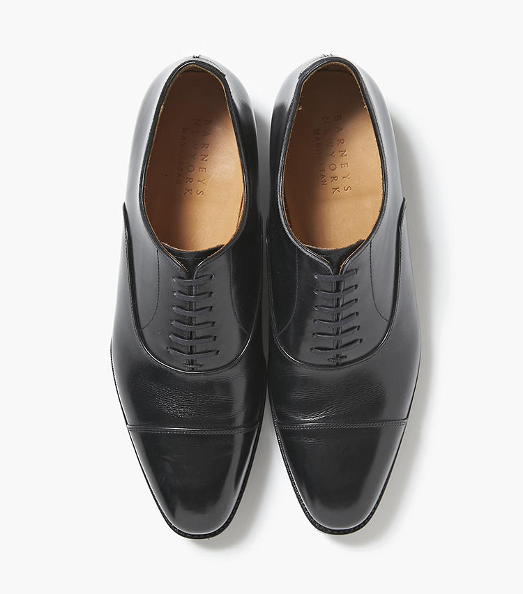 <b>22.バーニーズ ニューヨークの黒ストレートチップ</b/><br />グッドイヤーマッケイという独自の製法による靴は、グッドイヤー製法の足馴染みの良さと、グッドイヤー製法の返りの良さを兼備。ヒールカップが小さめで踵をしっかり包み込むところや、アノネイ社の上質なカーフ使いも好評のモデル。5万7000円(バーニーズ ニューヨーク カスタマーセンター)