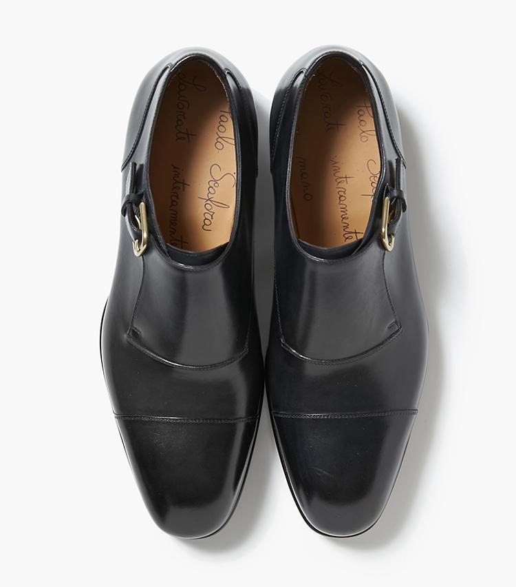 <b>23.パオロ スカーフォラの黒モンクストラップシューズ</b/><br />ナポリの熟練職人による、イタリアでも珍しいフルハンドメイドの靴。サイドにさりげなくベルトをあしらった、気品を感じさせるモンクストラップシューズだ。19万円(バーニーズ ニューヨーク カスタマーセンター)
