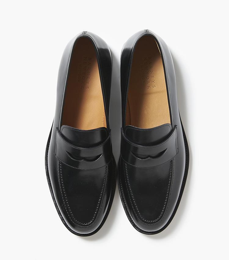 <b>24.バーニーズ ニューヨークの黒ローファー</b/><br />フランス、アノネイ社製のボカルカーフを使用した、クラシックなローファーデザインは使い勝手抜群。日本人の足型に合わせた履き心地も嬉しい。5万7000円(バーニーズ ニューヨーク カスタマーセンター)