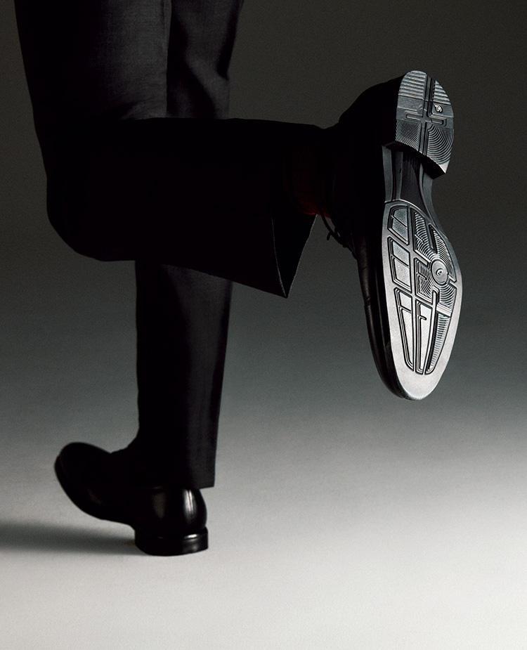<strong>なので走れる!</strong><br />以上のテクノロジーに加え、中足部には適切な体重移動を促すシャンクが備わり、GELの周囲は反発性に優れたスピーバというアシックス独自のスポンジ材が取り囲む。だからスニーカーのように走れてしまうのだ。