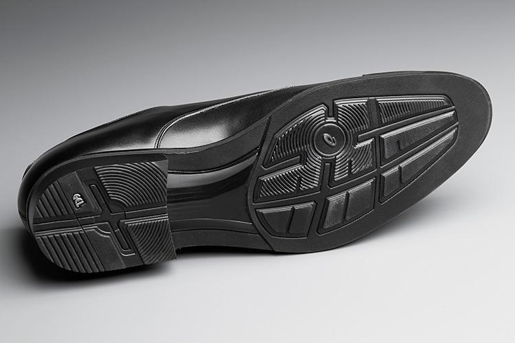 <strong>アウトソールも……</strong><br />すり減りやすいヒール部には耐摩耗性に優れたAHARラバーを採用。メーカーロゴもアッパー側には設けず、靴底の人目につかない位置に設けられてる。メーカー側の論理からすれば異例の英断!?
