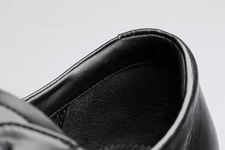 <strong>ヒールのアタリも柔らか</strong><br />履き口の足首周りにはクッション材が入っているため快適。履きやすさの秘密はこんなところにも。