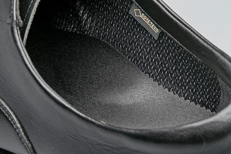 <strong>中敷がアーチをサポート</strong><br />土踏まず部が盛り上がり、歩行時の足裏を支えてくれる。日本人の足と走りをサポ—トし続けてきたアシックスの技術の賜物。