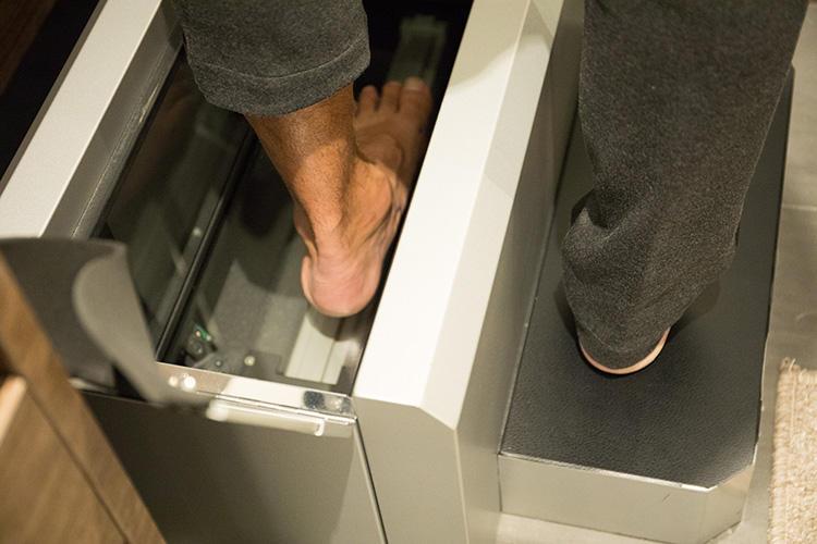 <strong>専用マシンで3Dスキャン</strong><br />3次元足形計測機に足を入れ、さまざまな角度から足を測定。足全体のフォルムと、先ほどマークした箇所のキャプチャーを行う。