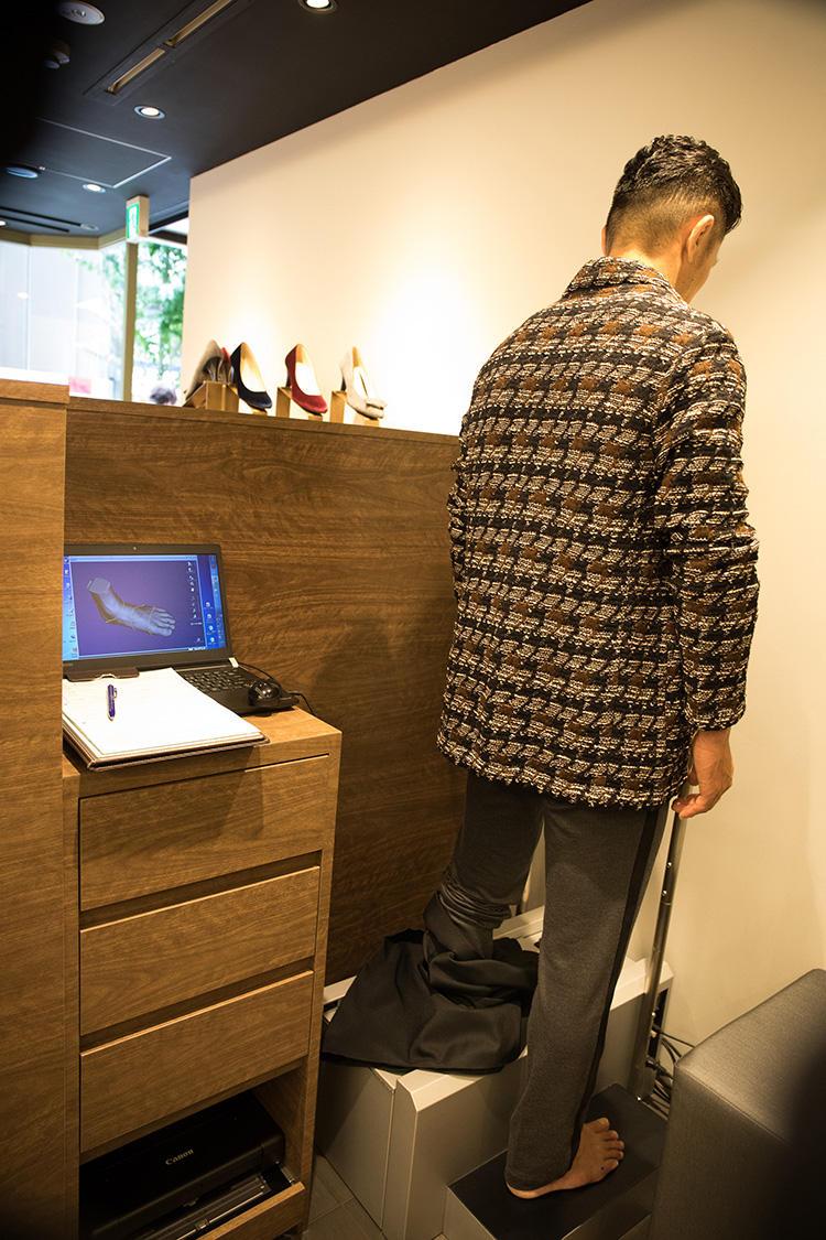 <strong>自分の足が立体的に!</strong><br />計測はものの数十秒。計測データは立体的に映し出され、PC画面上で好きな角度から見ることができる。