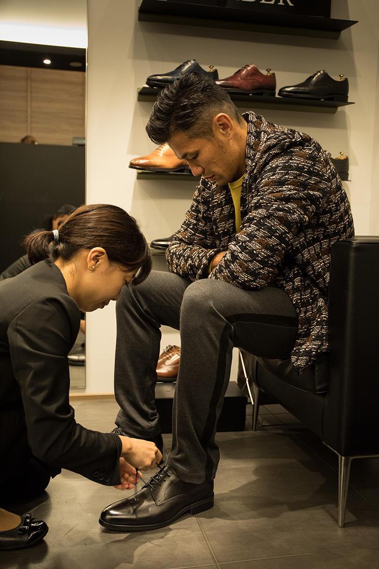 """<strong>廣瀬さんに合うのは""""外羽根""""</strong><br />足形の測定結果から、シューズのデザイン選びでのアドバイスを受けられる。「やや甲高で足幅の狭い廣瀬さんの足には、外羽根タイプがフィットしやすいです」"""