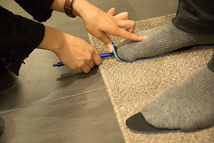 <strong>セミオーダー中敷はスタッフの手で</strong><br />これらの数値を元にしつつ、最終的には実際に足を触って足形の特徴を掴み、中敷のカスタマイズへと反映。