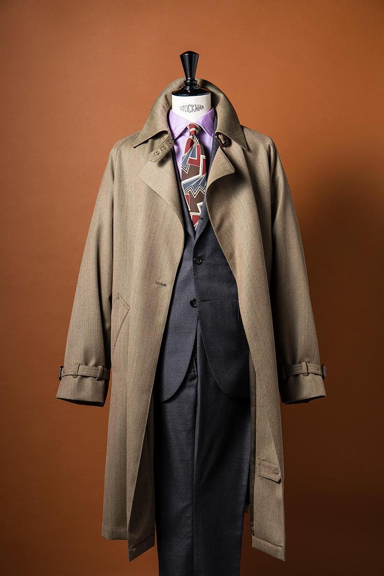 グレーフランネルのスーツだけでなく、さらっとしたタッチが都会的なトレンチコートにも「スーパーソニック」の生地を採用。クラシックな着こなしながら、シャツとタイの色使いがヌケ感を生んでいる。コート15万円、スーツ13万円、シャツ2万3000円、タイ1万8000円/ポール・スチュアート(ポール・スチュアート 青山店)