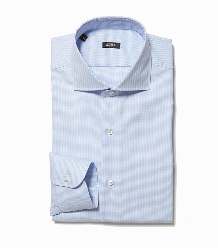 <b>5.バルバの千鳥格子シャツ</b><br />ハンドメイドの工程を大切にしている、ナポリブランドのシャツ。こちらはサックスブルーの無地シャツに見えるが、実は細かい千鳥格子柄というのがさりげなく洒脱。3万1000円(ストラスブルゴ)
