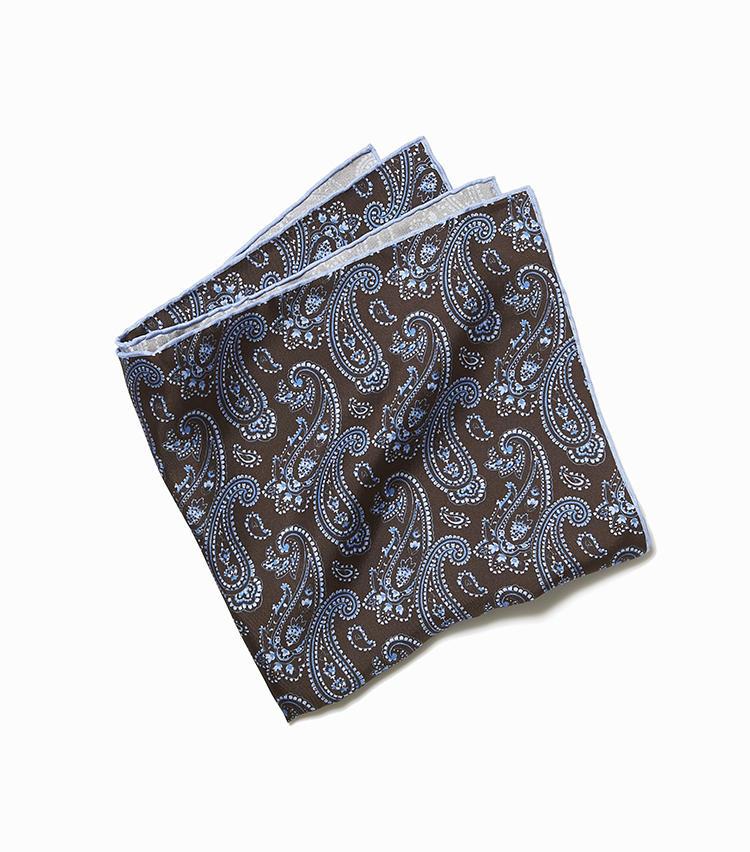 <b>10.キートンのペイズリープリントチーフ</b><br />最高級シルクを使用し、カッティングからアイロンがけ、縫製に至るまでこだわった至高のシルクチーフ。胸元に挿すだけで印象を格上げできる。40.5×40.5cm。2万円(ストラスブルゴ)