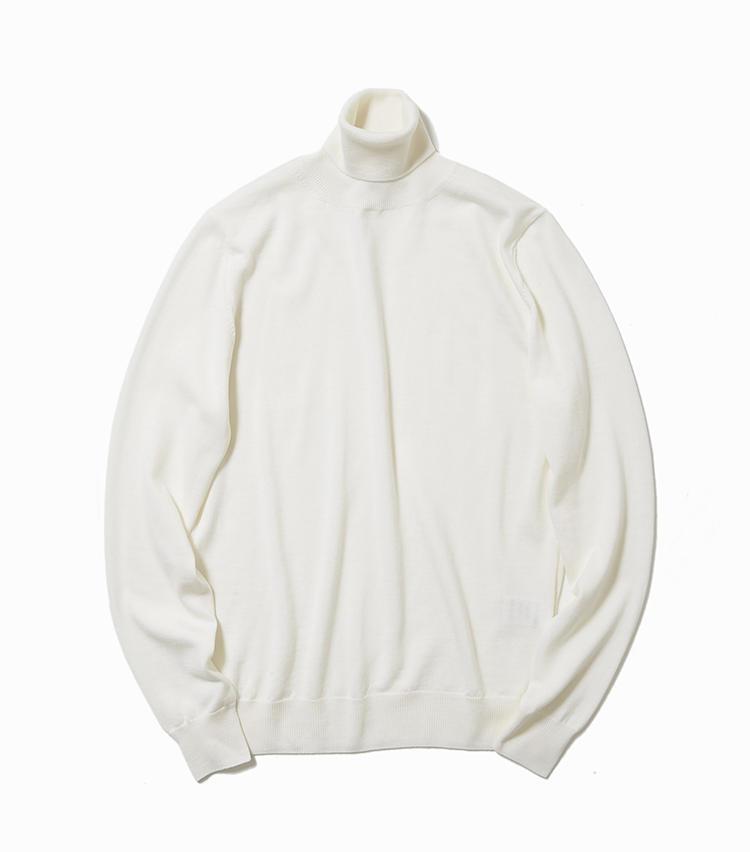 <b>11.クルチアーニの白タートルネックニット</b><br />丁寧に編み立てたクリーンなハイゲージニットは、ジャケットの胸元から覗かせるだけでも違いを発揮。曇りのない白も、くすみがちな大人の肌を明るく見せてくれる。4万5000円(ストラスブルゴ)