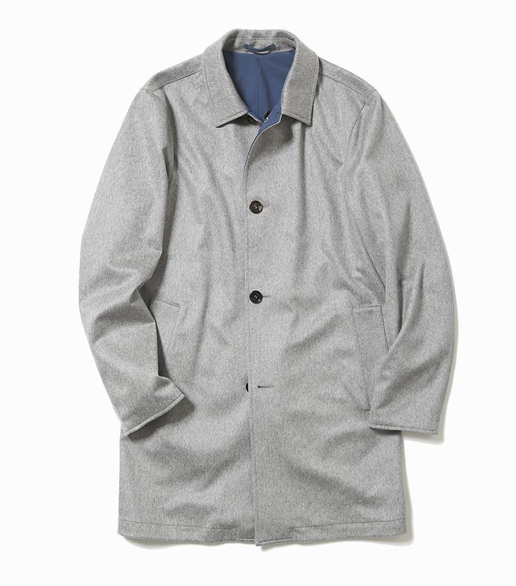 <b>14.キーレッドのリバーシブルコート(グレー面)</b><br />イタリア老舗のコートは、カシミア×ナイロンのリバーシブル仕様。こちらのグレー面には高級服地、カルロ バルベラ社の艶のあるカシミヤを採用。厚手すぎないコートは、暖冬傾向の昨今にぴったり。19万8000円(ストラスブルゴ)