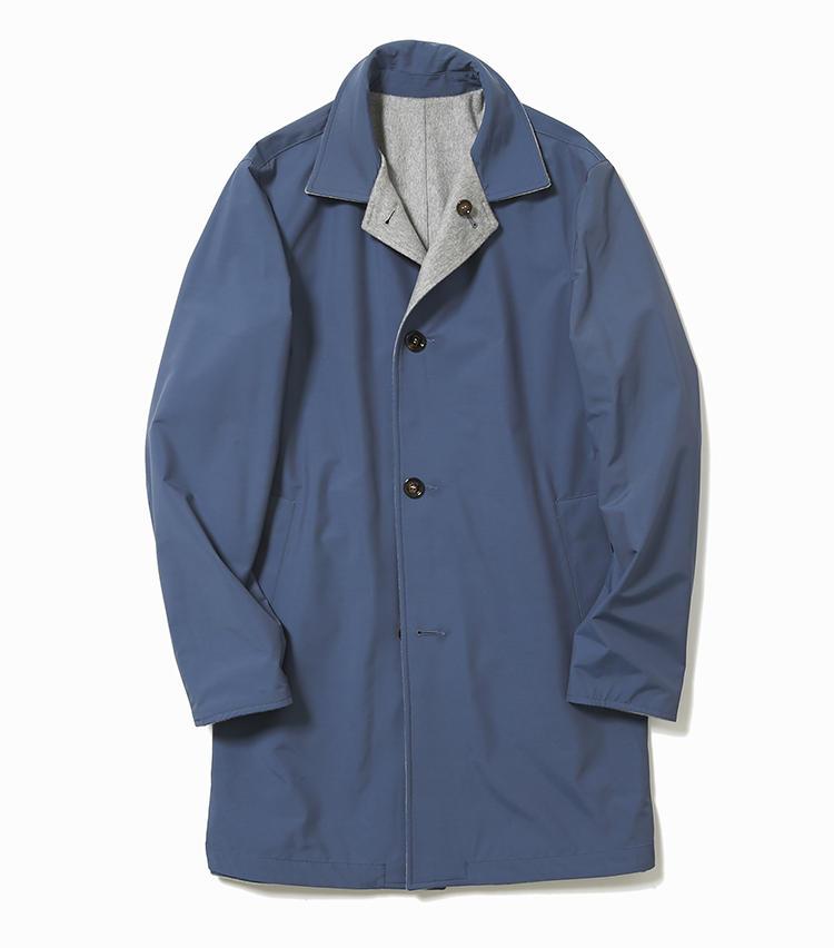 <b>15.キーレッドのリバーシブルコート(ブルー面)</b><br />14のコートの裏面には、ロロ・ピアーナ社の防水ナイロン素材が採用され、小雨にも対応。シックなブルーグレーにもセンスを感じる。19万8000円(ストラスブルゴ)