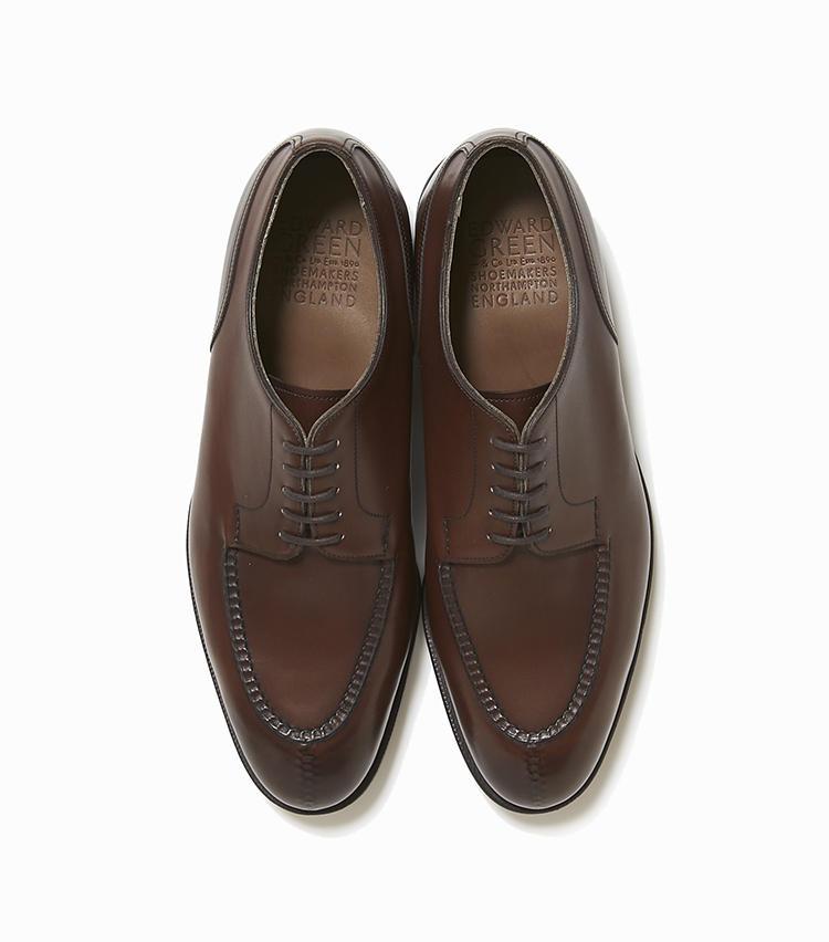 <b>20.エドワード グリーンの靴「ドーヴァー」</b><br />ドレスにもカジュアルにもに合わせやすいUチップシューズは、ブランドの人気上位モデル。特にこちらは、モカと呼ばれる甲部分の縫製が絶品と評判。18万7000円(ストラスブルゴ)