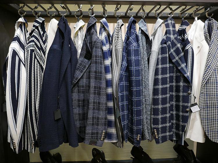 タリアトーレのブルー系ジャケットは、軽さと薄さときれいめ感を両立。