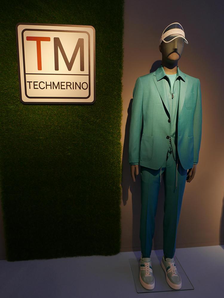 多様な色バリ、このテックメリノスーツが展示されていた。