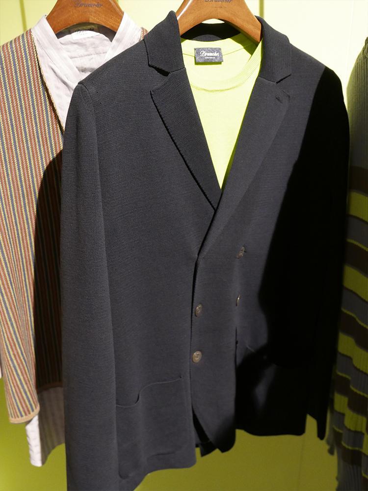 こちらはドルモア。ジャケットと同じように、裾のカッティングの目減らしや、ラペルの部分も非常に美しく仕上がっている。休日なら、このようにクルーネックのニットを中にINしてもお洒落。