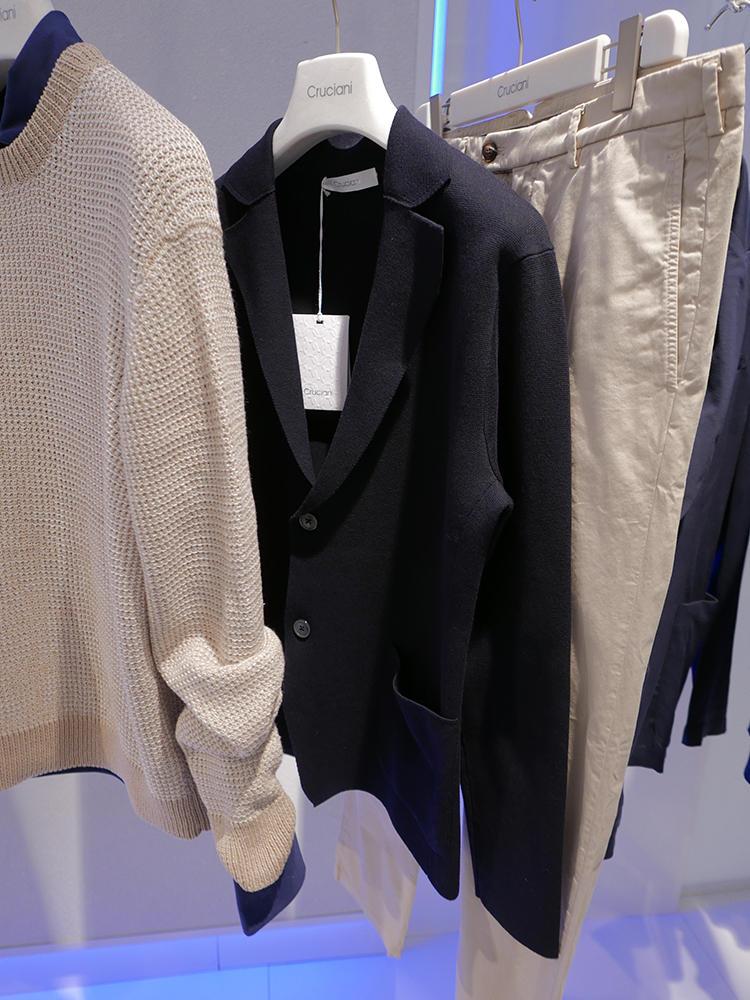 クルチアーニの大定番、ミラノリブのネイビーニットジャケット。写真のようにチノパン的なパンツと非常に相性が良い。