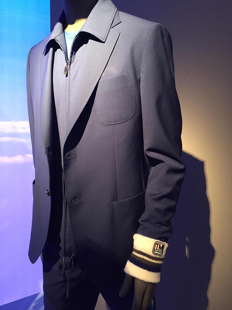 ジーゼニアのテックメリノ素材のスーツ。中には同素材の着脱できるジップの襟が付いている。