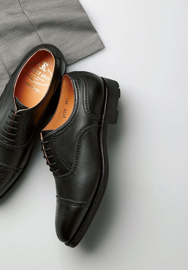 <b>カントリー靴の本領発揮なブローグ靴</b><br><br>■スコッチグレインのセミブローグ<br>通気性と撥水性を両立させた国産カーフ。完全防水ではないものの、撥水スプレーを一切必要としない高い撥水力を備えた同カーフなら、雨の日の朝のひと手間も省ける。グリップに優れたオリジナルのSGソールも安心要素。2万8000円(スコッチグレイン 銀座本店)<br><br><small>パンツ3万円/ジャブスアルキヴィオ(エフイーエヌ)</small>