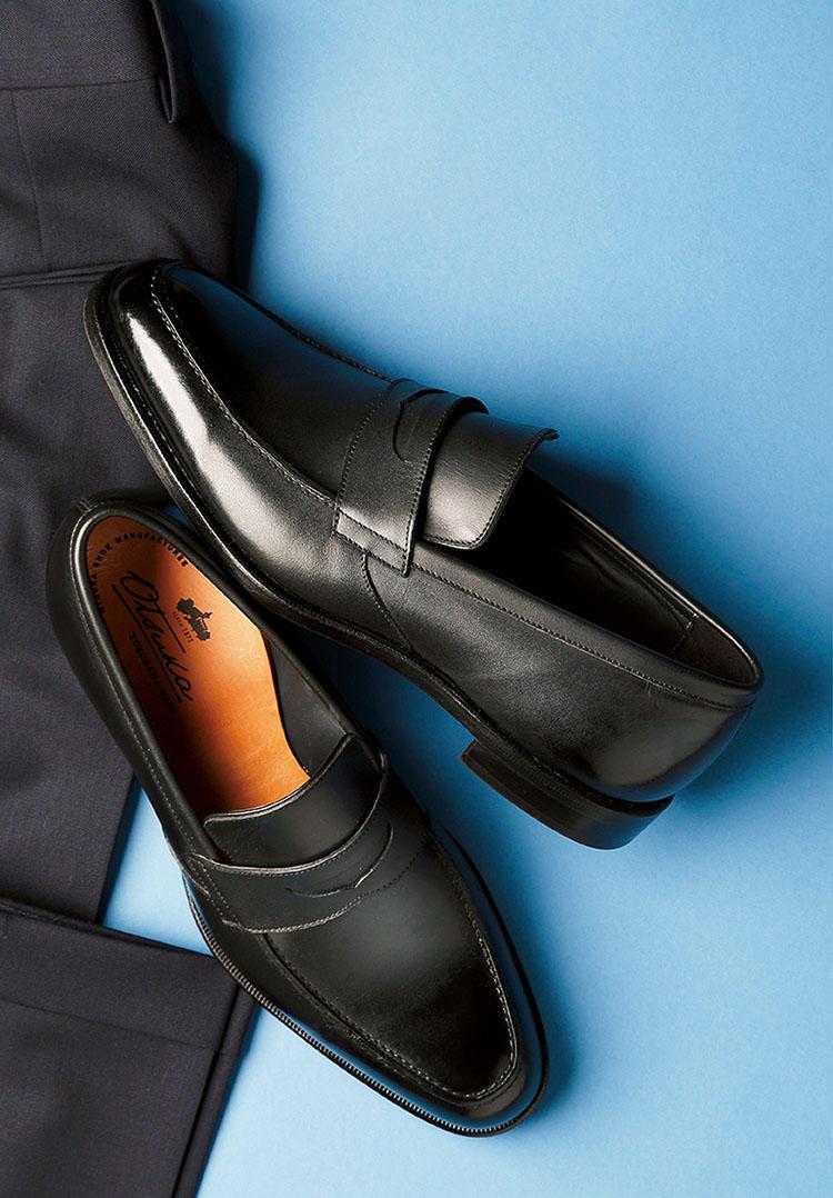 <b>傘マークの日も気後れしないスリッポン</b><br><br>■オーツカのスリッポン<br>雨の日でも、軽快でエレガントな足元をキープしたい。そんな靴好きの切なる願いをかなえる老舗の一足がこちら。タンナーとの共同開発により、本革の風合いを備えた耐久性の高い防水性レザーを製作。雨を弾き、美しい艶感を維持してくれる。3万8000円(大塚製靴)<br><br><small>パンツ3万7000円/PT01(PT JAPAN)</small>