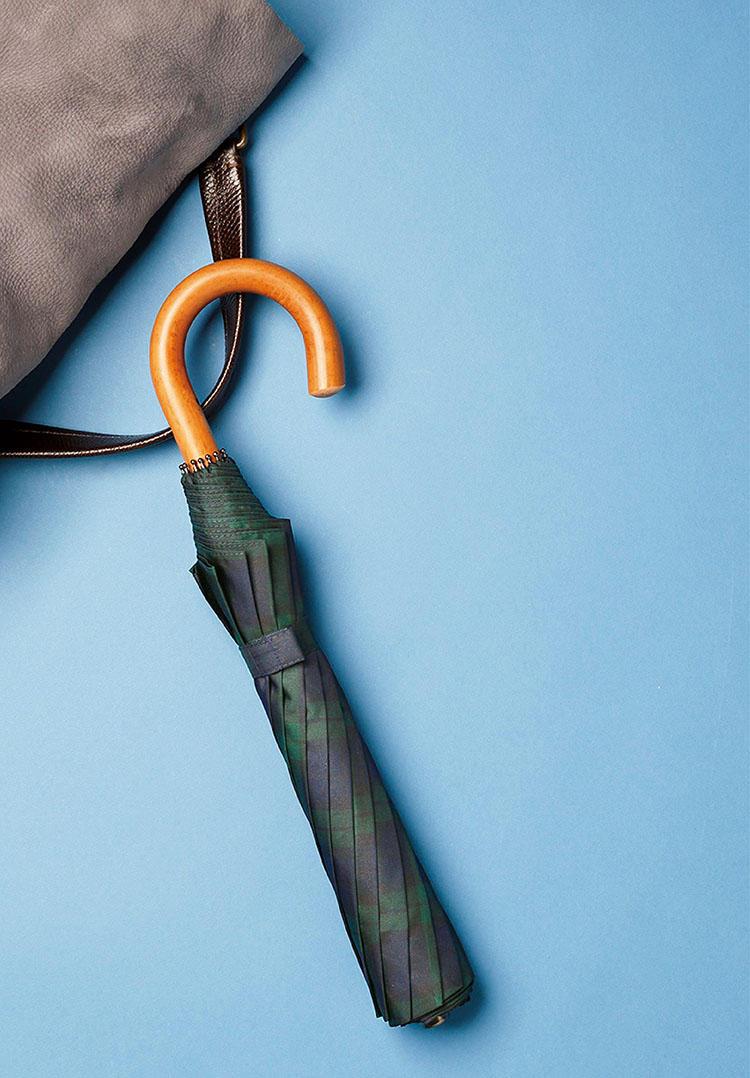 <b>細巻き傘の老舗は折り畳みでも風格あり</b><br><br>■フォックス・アンブレラのテレスコピック<br>雨の装いに長けた、英国紳士御用達の傘ブランド。世界初のナイロン傘を発明したという逸話に加え、マラッカやバンブーなど、ブリーフケースから覗く姿が様になる、高級感あふれる天然木ハンドルは格好のアクセントに。長さ58cm。1万7000円(ヴァルカナイズ・ロンドン)<br><br><small>鞄12万8000円/ザネラート(アマン)</small>