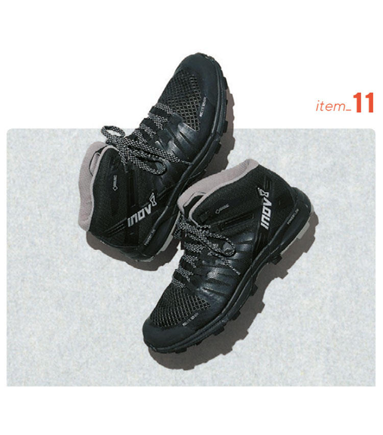 <b>inov-8/イノヴェイト</b></br></br>■防水 ■透湿 ■グリップ ■グリップクッション</br></br><b>英国発の大人好みのトレランシューズ</b></br>トレイルランニング用の靴などを展開するブランドのオフロードシューズは、黒一色の上品な佇まいが英国ならでは。内装は全天候型のゴアテックス、アウトソールはグリップ力抜群でぬかるみでも滑りにくい。1万8000円(デサントジャパン)