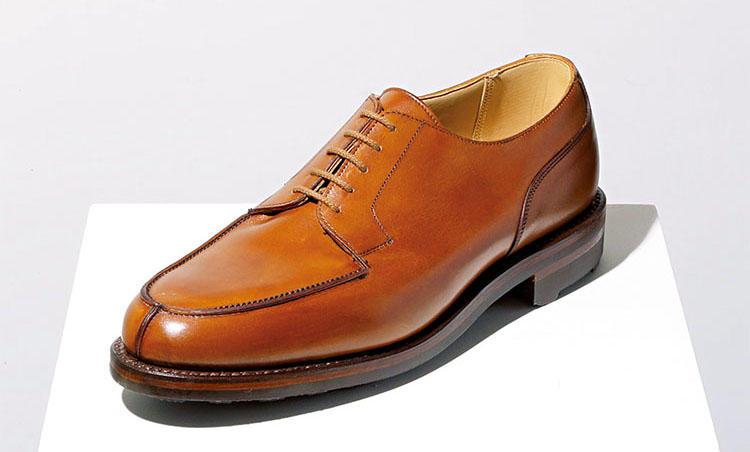<b>for FRAME<br>オンオフ問わない名作靴がよりエレガントな表情に</b><br><br>クロケット&ジョーンズが誇る名作Uチップ靴「モールトン」に、タンカラーのバーニッシュカーフを乗せたフレーム別注。エレガントな雰囲気を醸しつつ、抜群のグリップ性をもつリッジウェイソールで全天候型靴として活躍してくれる。出張用の靴として頼もしい。木型「292」。8万円(フレーム)